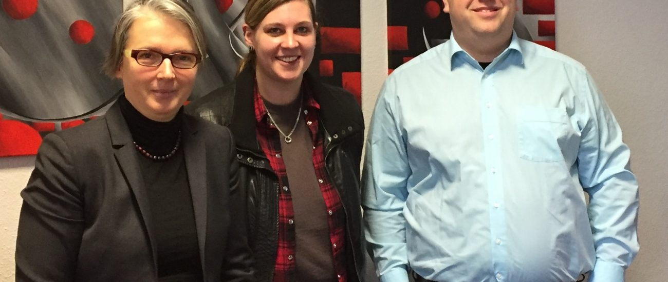 v.l. Prof. Dr. Ina Schiering (1. Prüfer), Sarah Demuth (Absolventin), Dipl.-Inf. Philip Reetz (2. Prüfer)